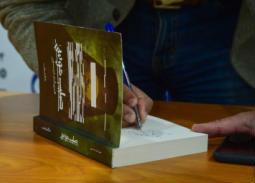 """إهداءات مشفرة تثير حيرة قراء """"صليب موسى"""""""