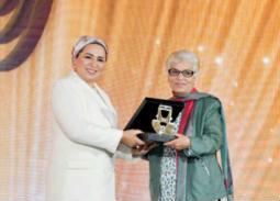 بالصور- قرينة الرئيس تكرم إنعام سالوسة وسميرة عبد العزيز
