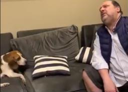 فيديو- نقاش ساخر بين خالد الصاوي وكلبه