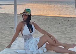 رانيا منصور تستمع بالطقس على شاطئ البحر