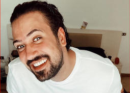 """انتقادات لليوتيوبير عمرو راضي بعد عرضه كميات كبيرة من أدوية """"كورونا"""" وإدعاء توزيعها مقابل الفولو"""