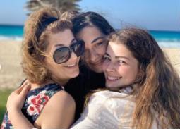 صور- بنات أحمد زاهر تحتفلن بعيد ميلاد والدتهن على الشاطئ