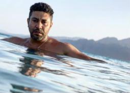 """محمد عز من تحت الماء: """"يومكم بيضحك"""""""