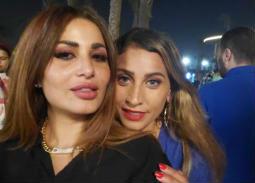 """بالصور- دينا الشربيني بعدسات زرقاء في كواليس """"30 مارس"""""""