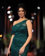 فستان بسيط لميرنا نور الدين يليق بقوامها وبشرتها