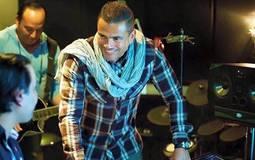 """صورة- عمرو دياب في كواليس التحضير لألبوم """"أحلى وأحلى"""""""