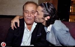 قبلة من كريم لوالده.