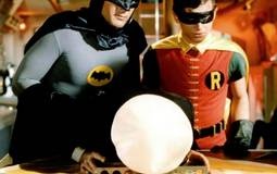 """وفاة أيقونة """"باتمان"""" آدم ويست عن عمر 88 عاما"""