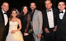 حسن الرداد وزوجته إيمي سمير غانم مع العروسين.