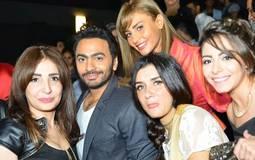 """تامر حسني مع بطلات فيلمه """"أهواك"""" إلهام عبد البديع وغادة عادل وأمل رزق."""