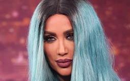 """مايا دياب لديها نصيب الأسد من ألوان الشعر الغريبة، فأطلت مؤخرا في برنامج """"لهون بس"""" بشعر أزرق مائل للأخضر"""