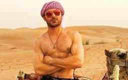 بالصور- زاك إيفرون يمتطى الجمل في دبي بصحبة فتاة غير معروفة