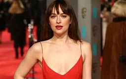 """ارتدت بطلة فيلم Fifty Shades of Grey داكوتا جونسون فستان أحمر في حفل """"البافتا"""" بمناسبة """"الفالنتاين"""""""