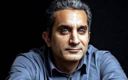بالفيديو- باسم يوسف يشارك ابنه آدم السباحة للمرة الأولى