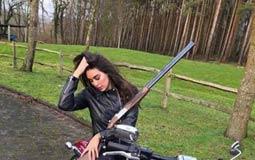 نشرت الممثلة ياسمين صبري صورتها وهي تركب دراجة نارية وتمسك في يدها بندقية وعقبت عليها: لا تدع أي شيء يوقفك من أن تعيش حياتك.
