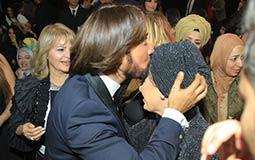 قبلة من هاني البحيري على رأس الممثلة صابرين