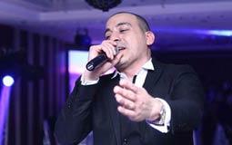 دياب يندمج فى الغناء.