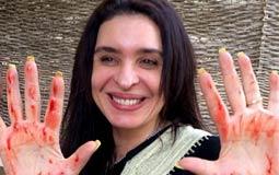 بالفيديو- الراقصة دينا تغمس يديها بالدماء احتفالا بعيد الأضحى