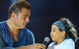 عمرو دياب مع طفل شاركه في الغناء