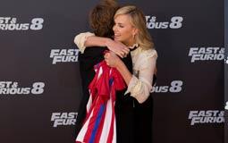 الممثلة الأمريكية تشارليز ثيرون تحتضن لاعب أتلتيكو مدريد أنطوان جريزمان