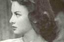 """ولدت فاتن أحمد حمامة في 27 مايو 1931 في السنبلاوين أحد مدن الدقهلية في مصر وذلك حسب سجلها المدني لكنها وحسب تصريحاتها ولدت في حي عابدين في القاهرة، وكان والدها موظفا في وزارة التعليم، بدأت ولعها بعالم السينما في سن مبكرة عندما كانت في السادسة من عمرها عندما أخذها والدها معه لمشاهدة فيلم في إحدى دور العرض في مدينتها وكانت الممثلة آسيا داغر تلعب دور البطولة في الفيلم المعروض، وعندما بدأ جميع من في الصالة بالتصفيق لآسيا داغر واستنادًا إلى فاتن حمامة فإنها قالت لوالدها إنها تشعر بأن الجميع يصفقون لها ومنذ ذلك اليوم بدأ ولعها بعالم السينما. وعندما فازت بمسابقة أجمل طفلة في مصر أرسل والدها صورة لها إلى المخرج محمد كريم الذي كان يبحث عن طفلة تقوم بالتمثيل مع الموسيقار محمد عبد الوهاب في فيلم """"يوم سعيد"""" (1940)،"""