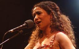 اسمع- غالية بنعلي تغني أغنيتها الممنوعة ولمحمد منير وفيروز في لقائها مع FilFan.com