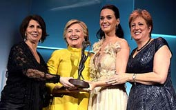 هيلاري كلينتون تفاجئ كاتي بيري في حفل تكريمها