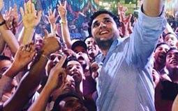 """مصطفى خاطر يلتقط """"سيلفي"""" مع الحضور"""