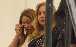 ليلى علوي تمسح دموعها في عزاء والدتها