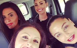 """شاركت الممثلة ميس حمدان صورة لها مع شقيقاتها الثلاثة وكتبت تعليقا عليها: """"سيداتي آنساتي سادتي أقدم لكم فتيات ال حمدان كامل العدد""""."""