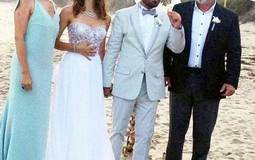 بيرين سات وكينان دوغلوا مع أصدقائهم في حفل زفافهم