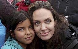 بالصور والفيديو- أنجلينا جولي تزور مخيم لاجئين سوريين وتطالب بإنهاء الحرب