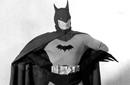 """الممثل لويس ويلسون في واحدة من البدل البدائية لشخصية """"باتمان"""" في السينما فس سنة 1943. ويبدو من الصورة أن البدلة واسعة جدا على من يرتديها!"""