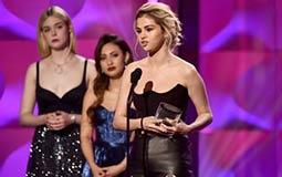 """بالفيديو- سيلينا جوميز تبكي أثناء تتويجها بجائزة """"امرأة العام"""" وهكذا تحدثت عن جستن بيبر"""