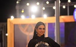 فستان درة من تصميم اللبناني رامي قاضي، وتصميمه جديد ويناسبها كثيرا ومختلف عن الباقيين