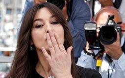 بيلوتشي ترسل قبلة لجمهورها
