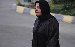 بكاء صابرين أثناء تشييع جنازة والدها.