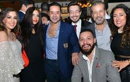 شريف منير وزوجته لورا وأحمد زاهر ومدحت صالح والعروسان.