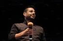 صعد حماقي إلى خشبة المسرح في تمام الساعة الثامنة والنصف، ليجد الالاف من جمهوره في انتظاره بعد آخر حفل له في استاد القاهرة احتفالا بمرور 10 سنوات على مشواره الفني