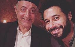 """نشر الممثل أحمد السعدني صورة من كواليس مسلسله """"الكبريت الأحمر"""" ظهر فيها مع الممثل عبد العزيز مخيون، وشوق جمهوره لأحداث الجزء الثاني."""