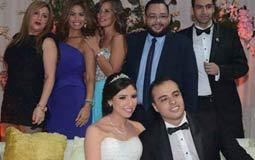 العروسان بصحبة عدد من الفنانين
