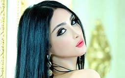صور- التونسية سامية الطرابلسي بفستان أسود قصير في أحدث جلسة تصوير