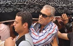 فاروق الفيشاوي يحمل نعش الراحل عمر الشريف إلى مثواه الأخير