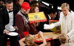 النجوم يحصلون على نصيبهم من بيتزا إلين ديجينيريس