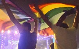 """بالفيديو- نقابة المهن الموسيقية توقف حفلات """"مشروع ليلي"""" بعد رفع علم المثليين"""
