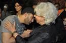 بالصور: أحمد السقا يقبل يد أرملة أحمد رمزي في عزائه