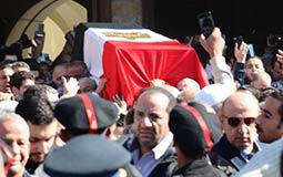بالصور- علم مصر يغطي جثمان شادية في جنازتها