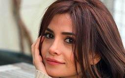 """اسمها سونجول أودان وبالتركية يعني """"الوردة الأخيرة""""، ولدت في ديار بكر ودرست هناك المسرح."""