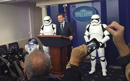 """بالفيديو- البيت الأبيض يستعين بجنود """"حرب النجوم"""".. وصحفي يعلق: الأشرار هنا"""