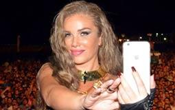 بالصور- نيكول سابا تلتقط Selfie مع جمهورها في حفلها لثاني أيام عيد الفطر
